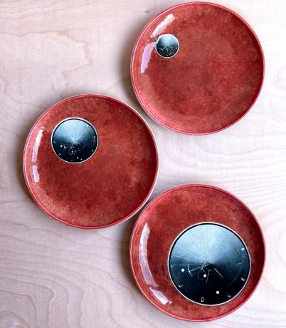 Three plates depict a heat shield falling down to Mars. From the bottom plate going up, the shield appears smaller and smaller.